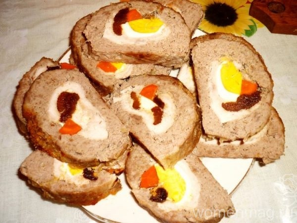 Фаршированный мясной рулет с яйцом, черносливом и морковью