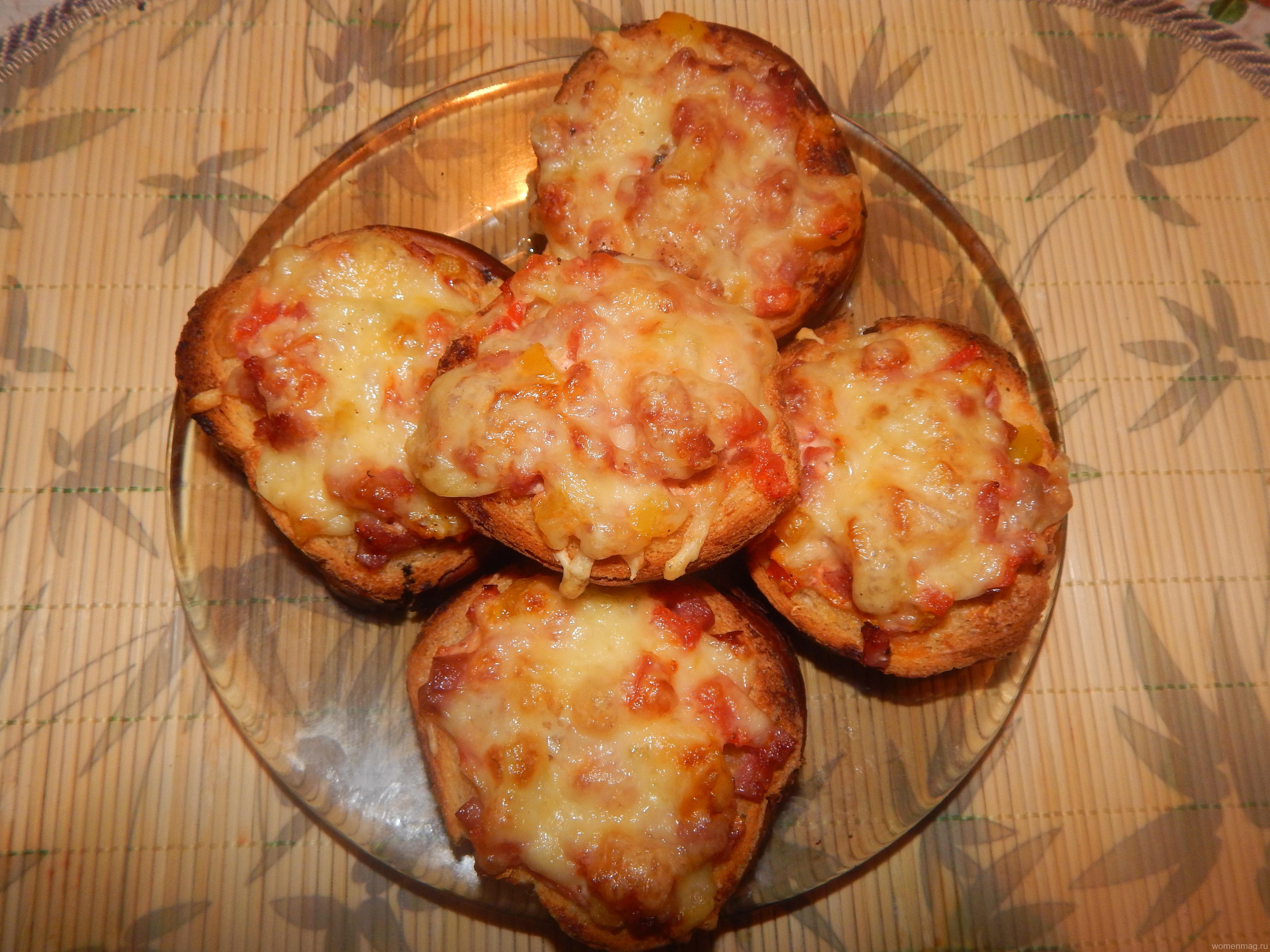 Горячие бутерброды с помидорами, колбасой и сыром «Мини-пицца»