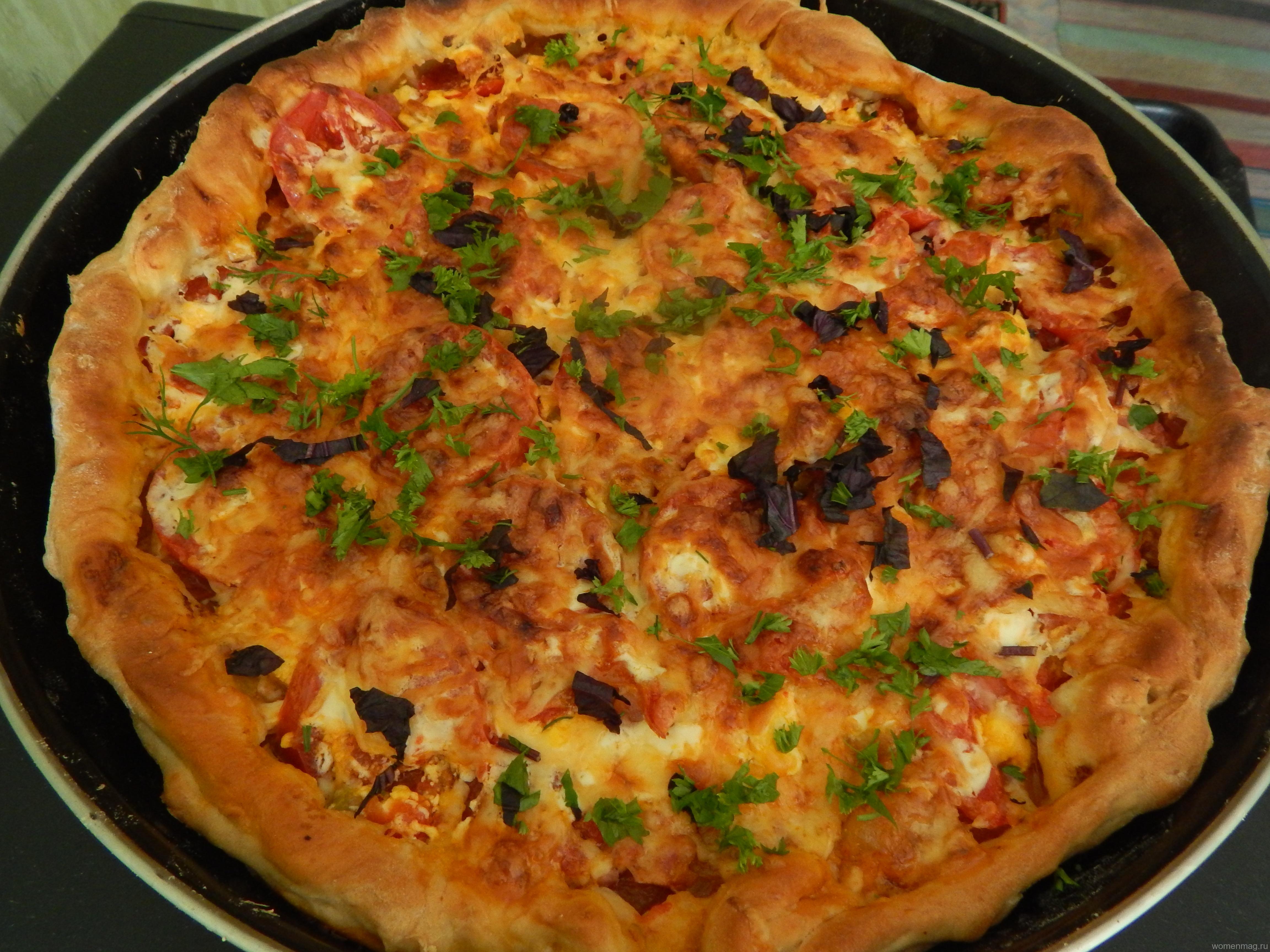 Пицца «по-деревенски» с кабачковой икрой, колбасой и помидорами