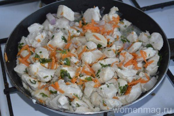 Куриное филе в томате с морковью и зеленью