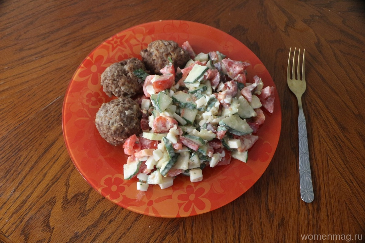 Летний салат с яйцом, огурцами, помидорами, болгарским перцем