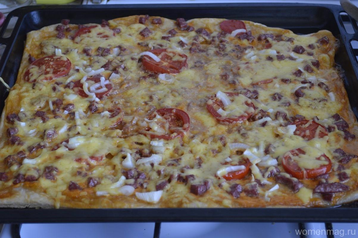 Пицца с салями и помидорами из готового слоеного теста