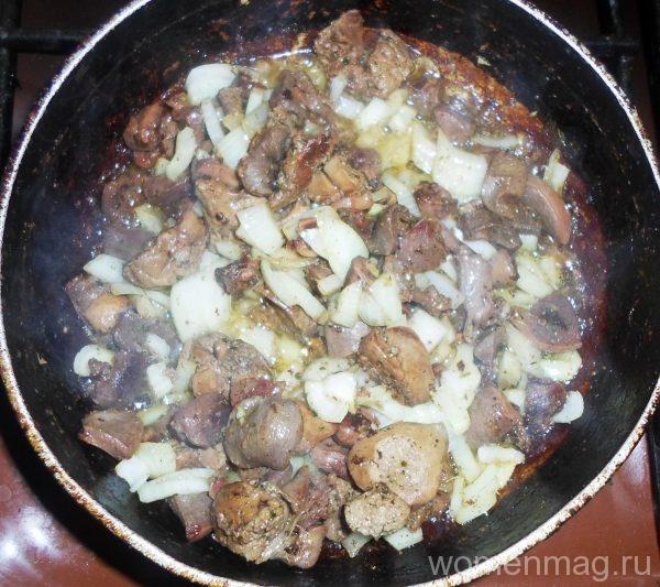 Жареные куриные потроха с луком под майонезом на сковороде
