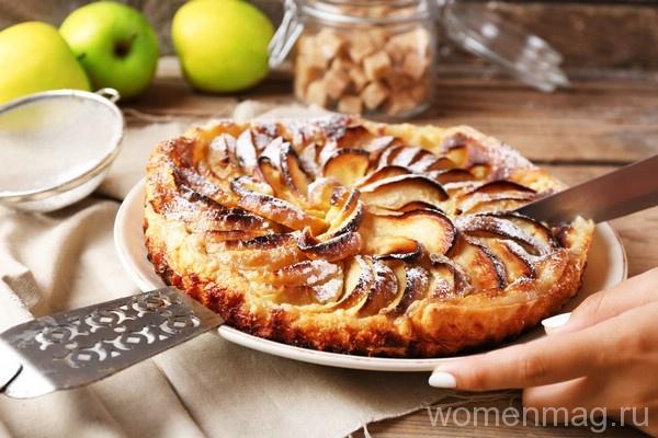 Яблочный пирог с корицей из слоеного теста