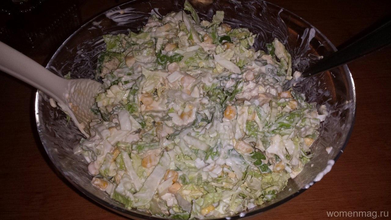 Легкий салат с куриным филе, кукурузой и пекинской капустой