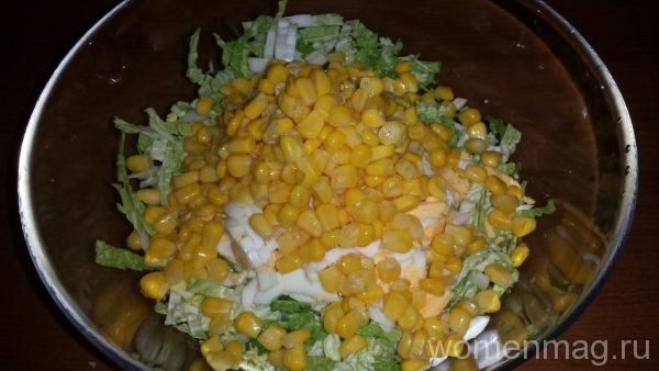 Легкий салат с куриным филе и кукурузой