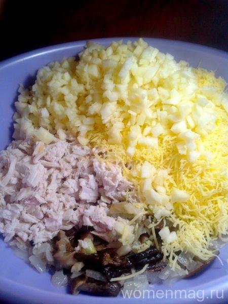 Грибной салат с маринованными опятами, сыром и куриной грудкой