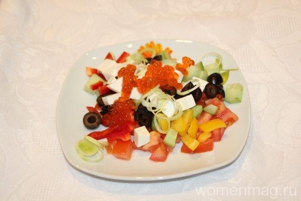 Салат с болгарским перцем, сыром, оливками и красной икрой Средиземноморье
