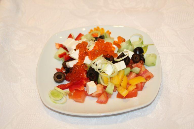 Салат с красным болгарским перцем сыром
