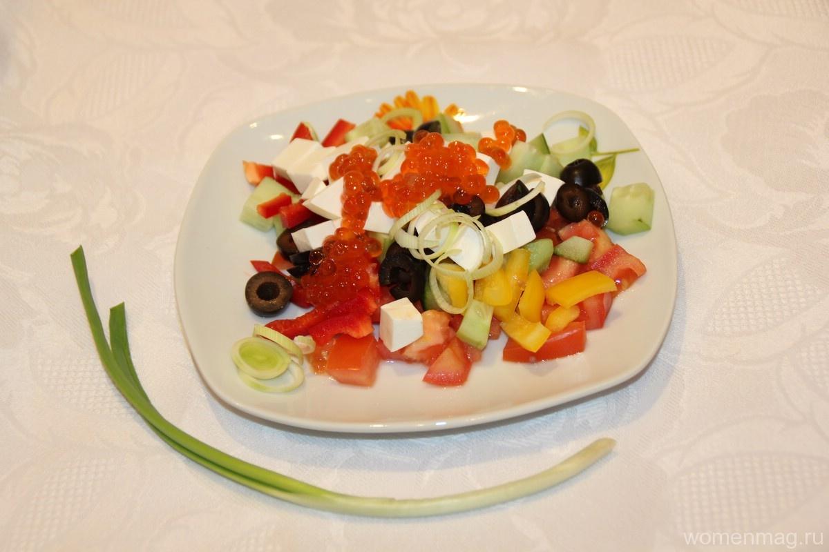 Салат с болгарским перцем, сыром, оливками и красной икрой «Средиземноморье»