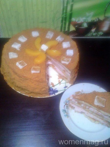 Бисквитный торт с консервированными персиками и йогуртовым муссом