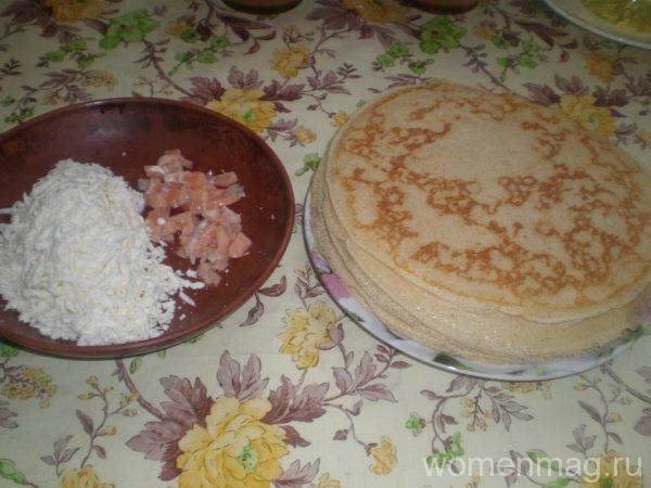 Дрожжевые блины на молоке с сыром и рыбой
