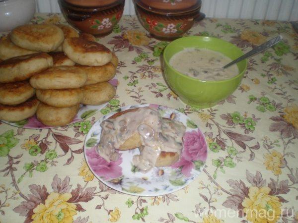 Картофельные зразы с капустой и грибным соусом