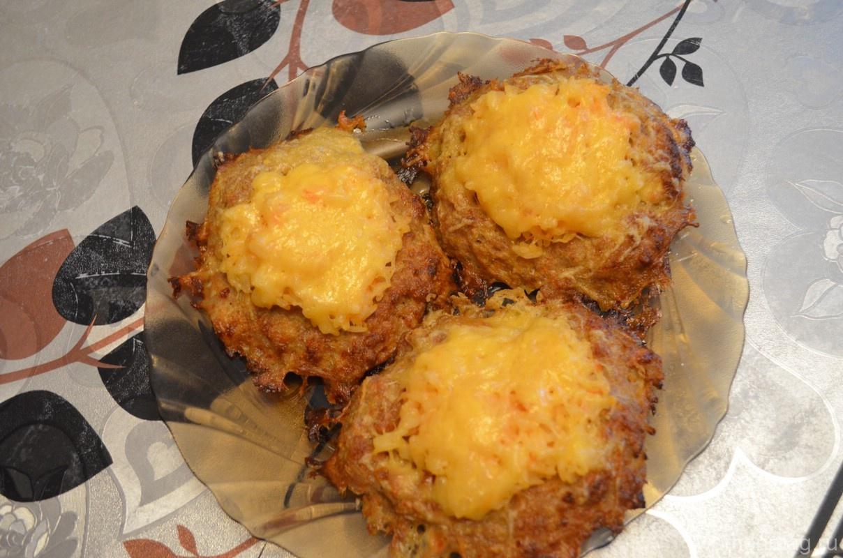 Мясные гнезда из фарша и риса с яйцом и сыром в духовке