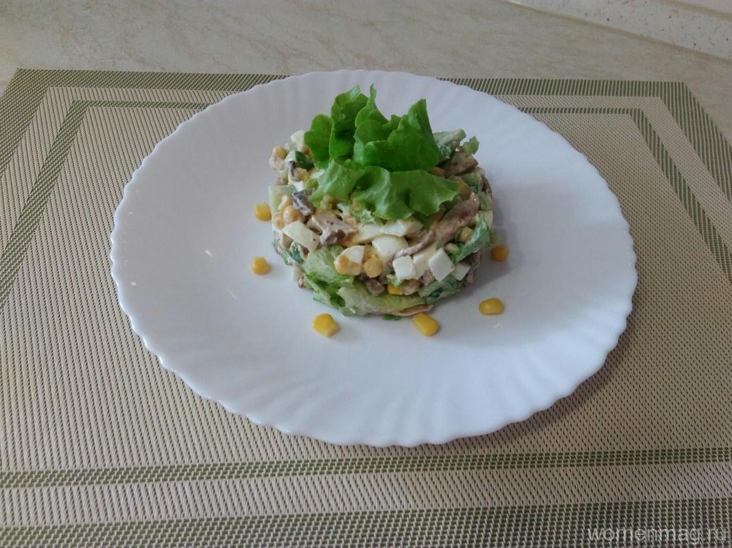 Салат с жареными шампиньонами, копченым окорочком и сухариками