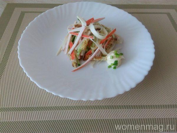 Салат с крабовыми палочками, сулугуни и омлетом