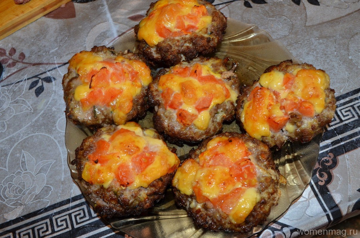 Мясные гнезда из фарша с помидорами и сыром в духовке