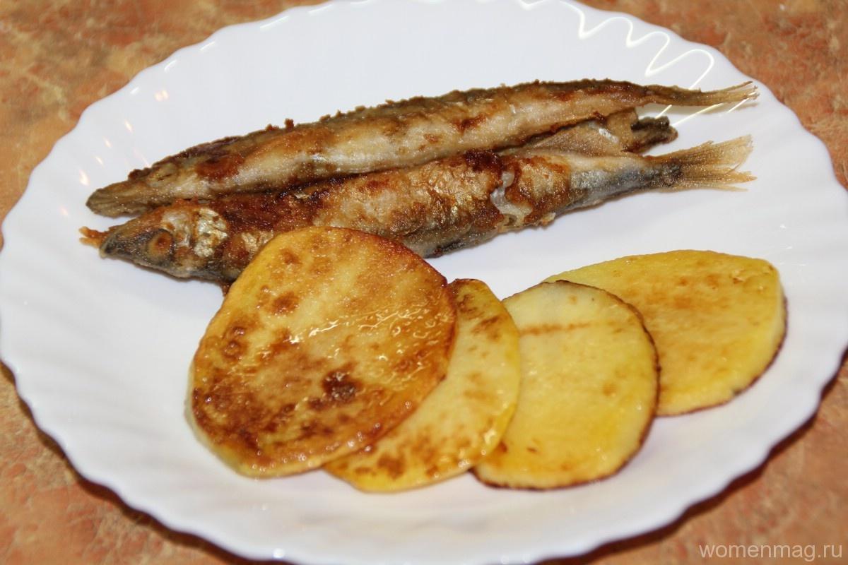 Горячая закуска: жареная мойва на сковороде с картофелем пластинками