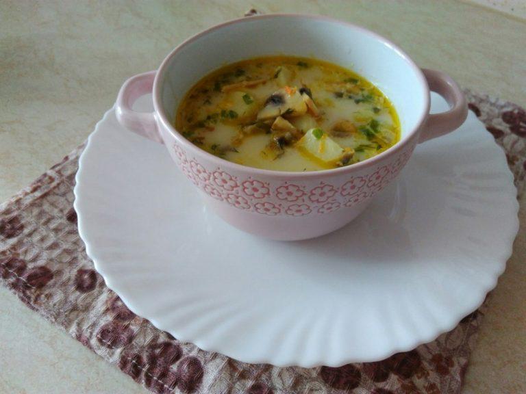 Приготовить сырный суп с грибами и курицей