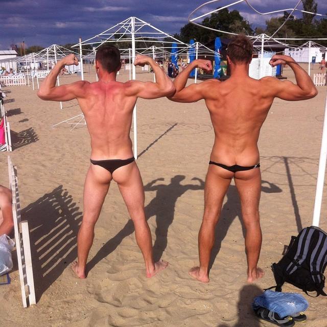 Мужские голые попы в Анапе на пляже