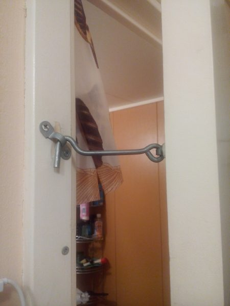 Детская безопасность в доме - крючок на двери в ванную