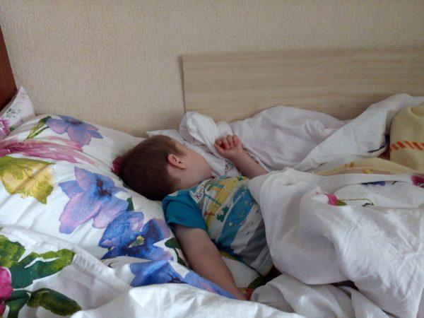 сын спит