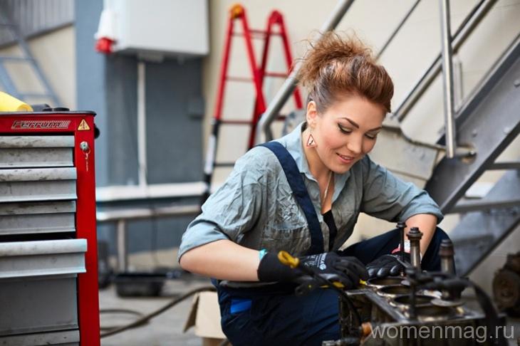 Женщина в автомастерской: 5 советов