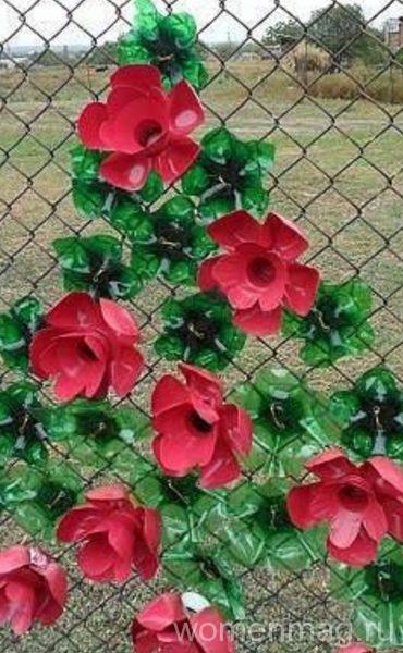 Декорации на забор из пластиковых бутылок