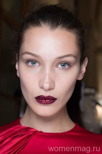 В моде блестящий макияж губ