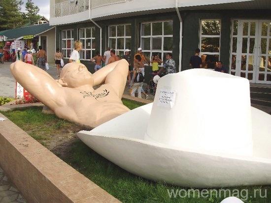 Анапа голый турист памятник