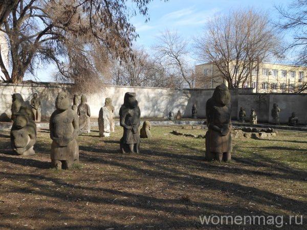 Каменные бабы в Днепропетровске