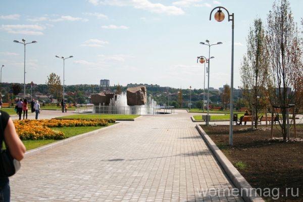 Парк возле гостиничного комплекса Виктория в Донецке
