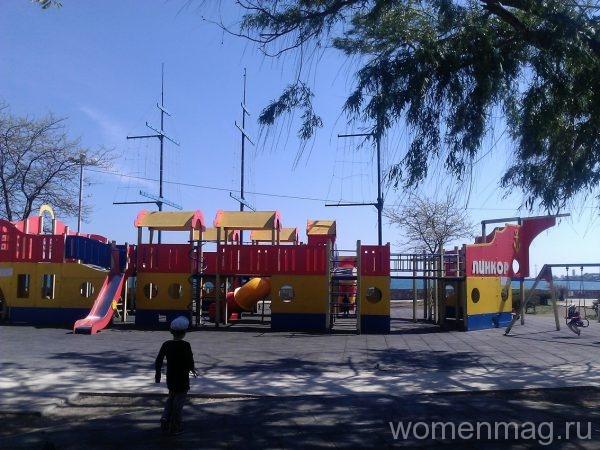 Детский аттракцион Линкор на Набережной Терешковой в Евпатории