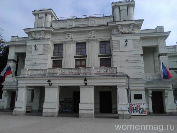 Театр им. Пушкина и Театральная площадь в Евпатории
