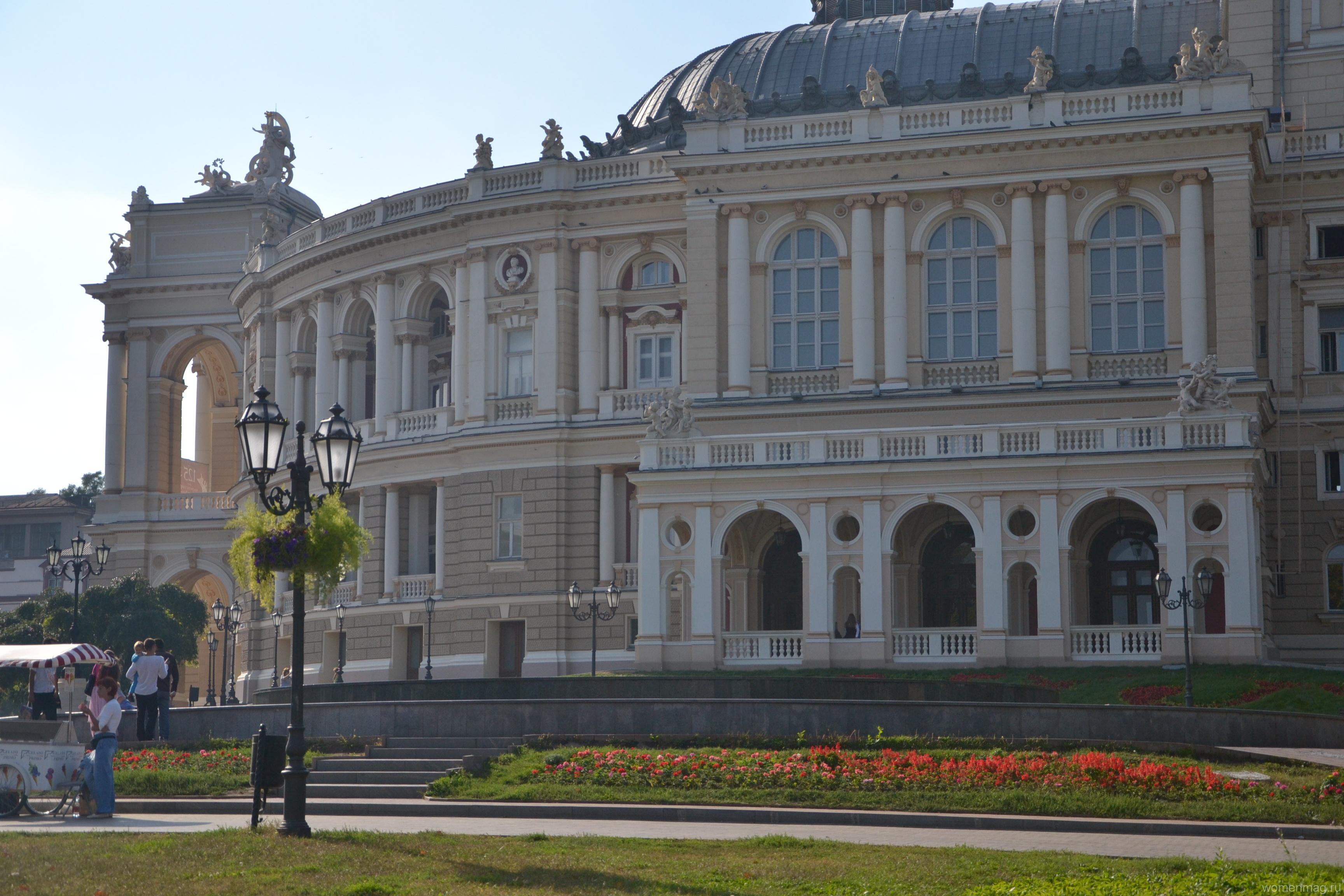 Город у Черного моря. Оперный театр и Дом-стена в Одессе