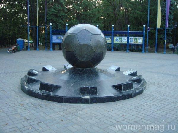 Памятник футбольному мячу в парке имени Т.Г. Шевченко в Харькове