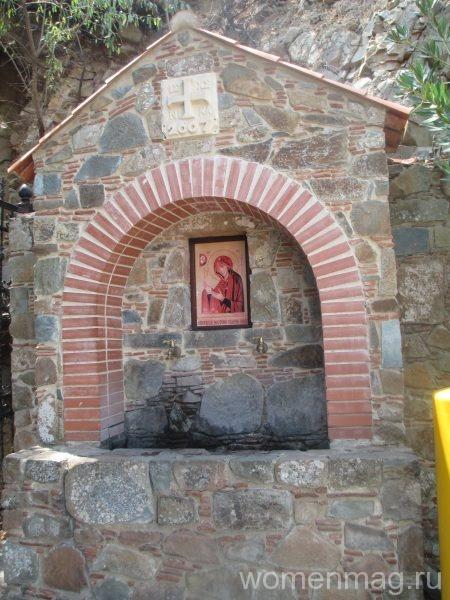 Икона и источник при входе в монастырь